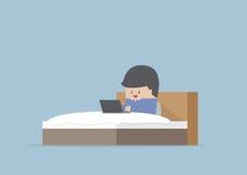 Equipe o trabalho em seu portátil na cama ilustração royalty free