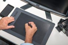 Equipe o trabalho em sua tabuleta de gráficos, fim acima das mãos Fotos de Stock Royalty Free