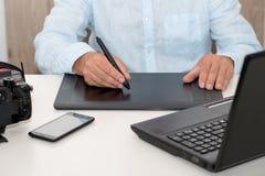 Equipe o trabalho em sua tabuleta de gráficos, fim acima das mãos Foto de Stock