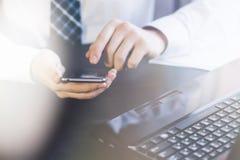 Equipe o trabalho em um smartphone na tonificação clara do close-up do escritório foto de stock royalty free