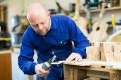 Equipe o trabalho em uma máquina na oficina de madeira Fotografia de Stock
