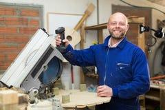 Equipe o trabalho em uma máquina na oficina de madeira Fotografia de Stock Royalty Free