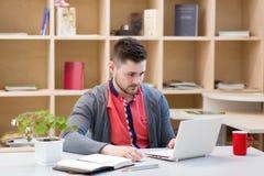 Equipe o trabalho no computador no local de trabalho no fundo de madeira imagens de stock