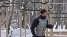 Equipe o treinamento do halterofilista com equipamento da aptidão na terra de esporte do inverno video estoque