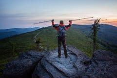 Equipe o turista na parte superior da rocha Imagem de Stock Royalty Free