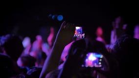 Equipe o vídeo da gravação no concerto de rocha na noite, estando na multidão video estoque