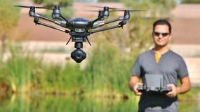 Equipe o voo de um zangão UAS & x28 da câmera; File& tela gigante & grande x29; Foto de Stock