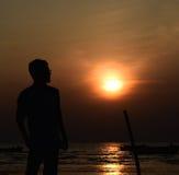 Equipe a observação da opinião do por do sol em torno da área da praia Fotos de Stock