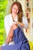 Equipe a obtenção do tratamento do joelho do físico terapeuta, suas mãos que guardam seu pé e que aplicam a massagem, conceito mé Fotos de Stock