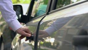 Equipe a obtenção em auto, apressando-se em casa após o dia de trabalho, estacionamento na rua vídeos de arquivo