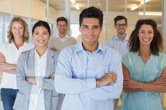 Equipe ocasional do negócio que sorri na câmera com os braços cruzados Fotos de Stock Royalty Free