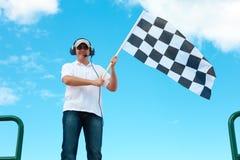 Equipe a ondulação de uma bandeira checkered em um canal adutor foto de stock