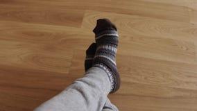 Equipe os pés do ` s que vestem peúgas feitas malha mornas Aqueça, inverno e conceito do conforto tiro 4k vídeos de arquivo