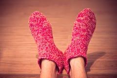 Equipe os pés no inverno feito malha da roupa das peúgas de lãs homem vermelho fotografia de stock