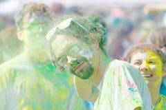 Equipe os vidros e a barba vestindo cobertos com o pó da cor verde Fotografia de Stock Royalty Free