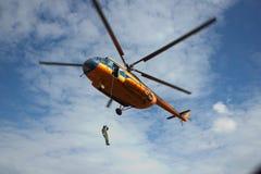 Equipe para baixo em uma corda de um helicóptero Fotos de Stock Royalty Free