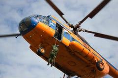 Equipe para baixo em uma corda de um helicóptero Fotografia de Stock Royalty Free