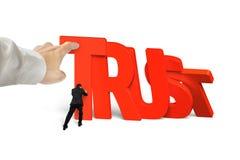 Equipe a parada do dominó da confiança que cai com uma outra ajuda da mão Imagens de Stock