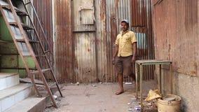 Equipe a passagem através de um pátio vazio em Mumbai video estoque