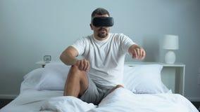Equipe a passagem da procura em auriculares da realidade virtual, tecnologia moderna, passatempo em casa filme