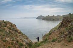 Equipe a pesca nas costas do passo pequeno do mar do Lago Baikal fotografia de stock royalty free