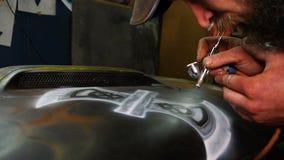Equipe pinturas com uma arma de pulverizador na capa vídeos de arquivo