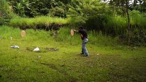 Equipe a pistola automática do revólver dos fogos durante o treinamento no tiro prático