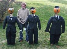 Equipe poses com os povos da abóbora nos ternos foto de stock royalty free