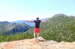 Equipe a posição com mãos abertas na frente das montanhas em Lakonia Peloponnese Grécia Foto de Stock Royalty Free