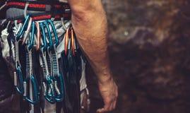 Equipe a posição com o equipamento de escalada exterior, vista traseira A cara não é visível imagens de stock