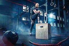 Equipe a posição durante exercícios no gym da aptidão Crossfit fotografia de stock