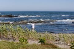 Equipe a posição na borda da água na praia do oceano com o céu azul ensolarado e água azul Foto de Stock
