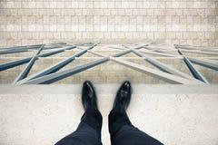 Equipe a posição na borda do telhado imagem de stock royalty free