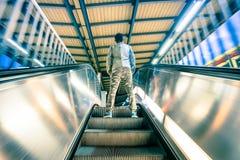Equipe a posição na escadaria da escada rolante das escadas rolantes com movimento macio Fotografia de Stock