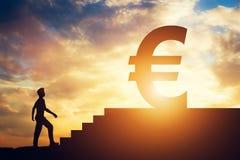 Equipe a posição na frente das escadas com euro- sinal na parte superior Imagens de Stock