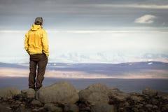 Equipe a posição na montanha, olhando relaxado para a cordilheira nevado imagens de stock royalty free