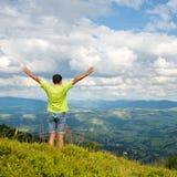 Equipe a posição no pico da montanha Foto de Stock