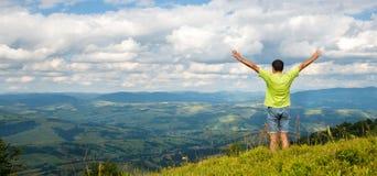 Equipe a posição no pico da montanha Fotos de Stock Royalty Free