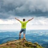 Equipe a posição no pico da montanha Imagens de Stock