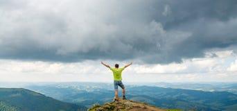 Equipe a posição no pico da montanha Foto de Stock Royalty Free