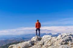 Equipe a posição no pico da montanha da rocha fotos de stock