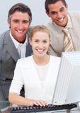 Equipe positiva do negócio que trabalha em um computador Foto de Stock Royalty Free