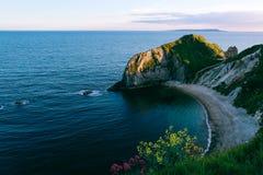 Equipe a praia da guerra do ` de O na costa jurássico, Reino Unido Foto de Stock