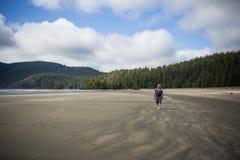 Equipe a praia de passeio em San Josef Bay perto do porto résistente, Ingleses Colu Imagem de Stock