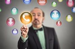 Equipe a pressão de botões sociais modernos dos meios no tela táctil Foto de Stock