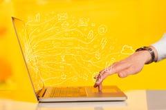 Equipe a pressão do laptop do caderno com sym da nuvem do ícone da garatuja Foto de Stock Royalty Free