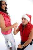 Equipe a proposição à mulher com chapéu do Natal Fotografia de Stock Royalty Free