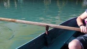 Equipe puxar um barco azul com o remo, sem cara video estoque