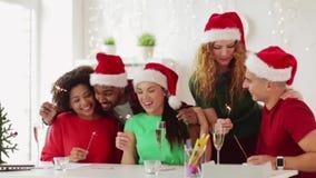 Equipe que comemora o Natal no partido de escritório filme