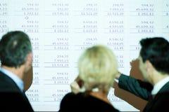 Equipe que discute o spreadsheet foto de stock royalty free